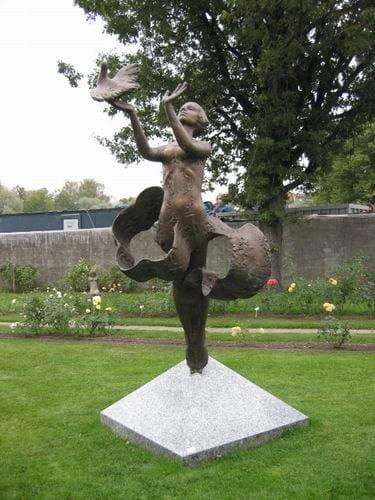 """TÜDRUK LINNUGA"" 1987 pronks, graniit h= 3,2 m Tartu, Eesti  <br/>""GIRL WITH BIRD"" 1987 bronze, graniit h= 3,2 m Tartu, Estonia"