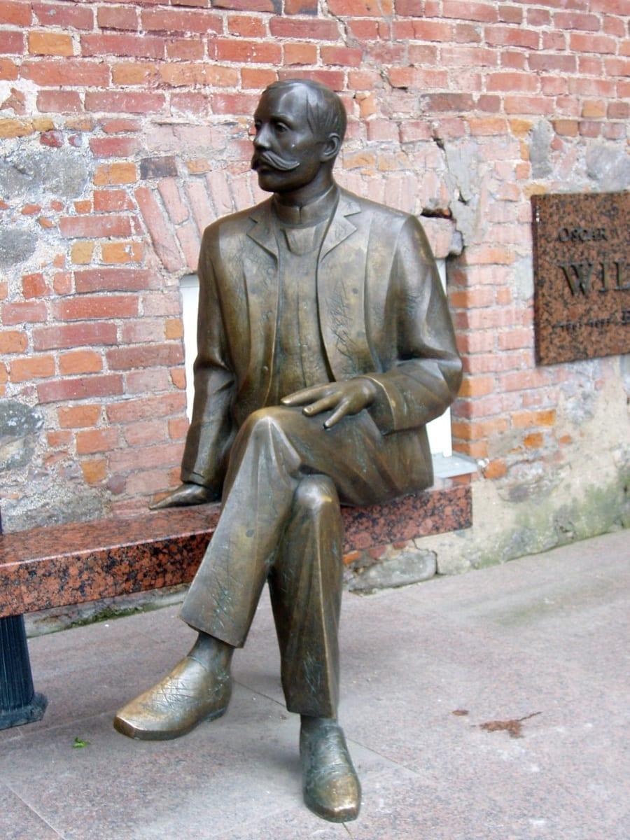 EDUARD VILDE (KAHE WILDE KUJU) 1999 pronks, graniit - Tartu, Eesti <br/>EDUARD VILDE (THE TWO WILDES ´ SCULPTURE) 1999 bronze, granit - Tartu, Estonia