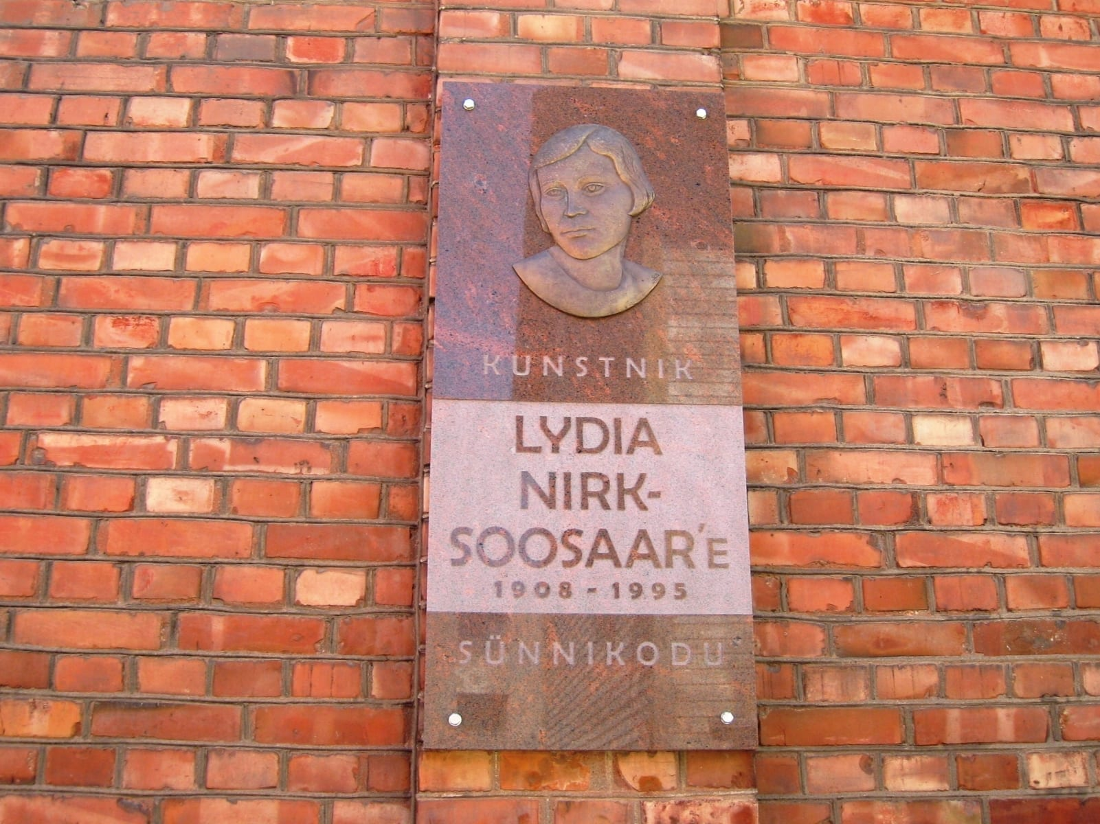 Mälestustahvel maalija LYDIA NIRK-SOOSAARELE 2008 pronks, graniit - Viljandi, Eesti  <br/>Memorial tablet for a painter LYDIA NIRK-SOOSAAR 2008 bronze, granit - Viljandi, Estonia