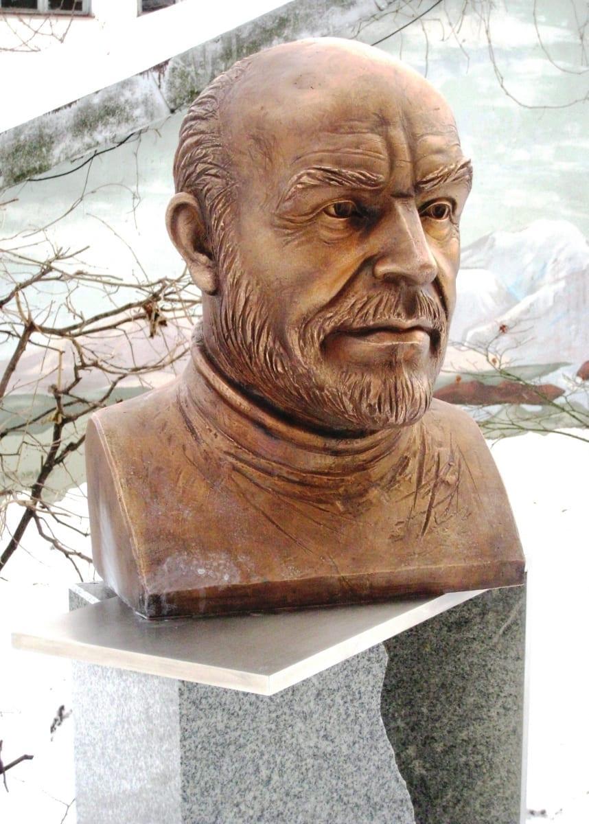 SIR SEAN CONNERY büst 2011 pronks, roostevaba teras - Tallinn, Eesti <br/> The byst of Sir SEAN CONNERY 2011 bronze, granit - Tallinn, Estonia