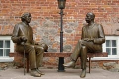 KAHE WILDE KUJU 1999 (elusuuruses kirjanikud Eduard Vilde ja Oscar Wilde) pronks, graniit - Tartu, Eesti <br/>THE TWO WILDES ´ SCULPTURE 1999 ( lifesize figures of Estonian writer Eduard Vilde and Irish writer Oscar Wilde) bronze, granit - Tartu, Estonia