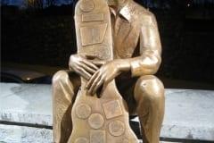 SKULPTUUR EESTI MUUSIKULE 2009 elusuuruses pronksfiguur - Vanemuise Kontserdimaja, Tartu, Eesti  <br/>FOR ESTONIAN MUSICIAN 2009 lifesize bronze figure at Vanemuine Concerthall - Tartu, Estonia