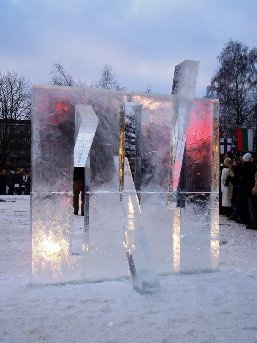 """""""MURDES LÄBI"""" 2006 h= 2,4 m Jelgava, Läti  <br/>""""BREAKING THROUGH"""" 2006 h= 2,4 m Jelgava, Latvia"""