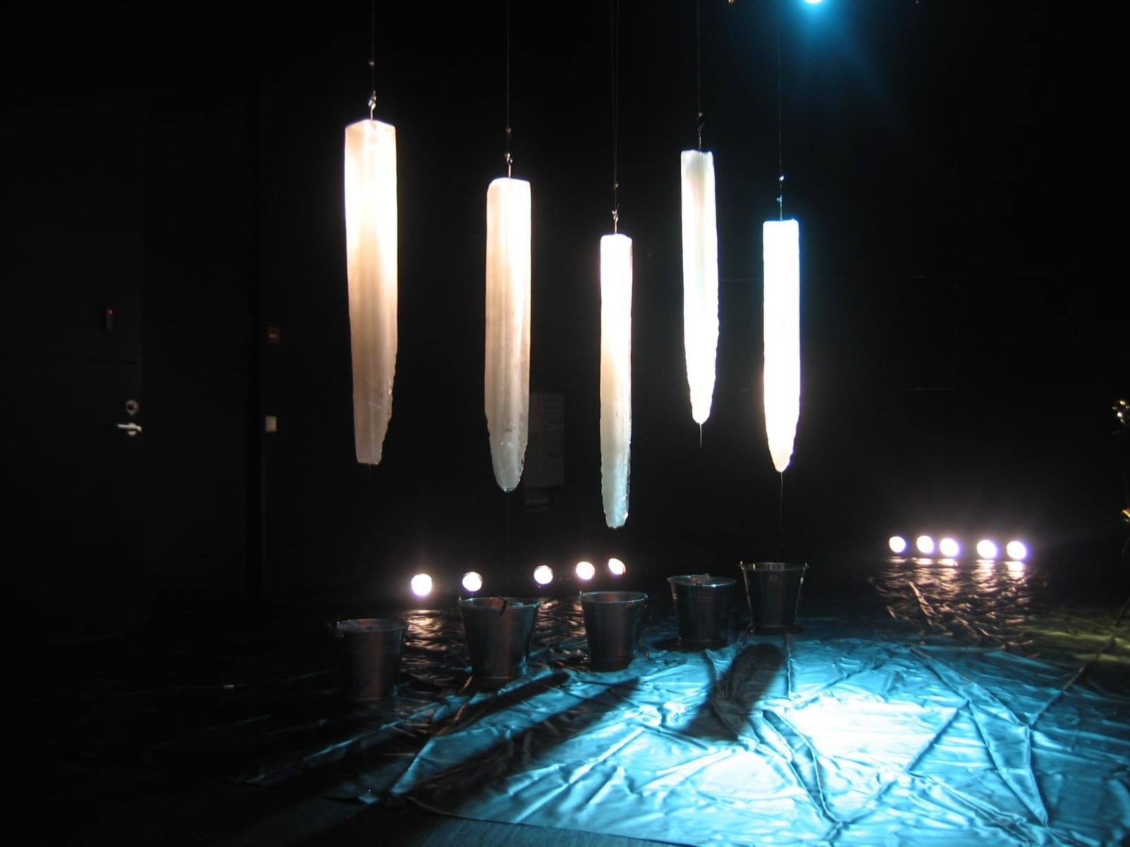 INSTALLATSIOON R.SIBULA KONTSERILE KUMUS 2007 Tallinn, Eesti jää, plekkämbrid, heli, valgus <br/>INSTALLATION FOR A CONCERT OF R.SIBUL IN THE ART MUSEUM KUMU 2007 ice, metal buckets, sound, light
