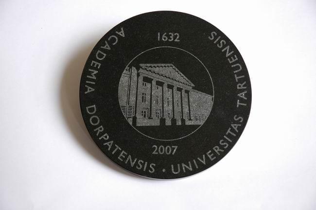 Tartu Ülikooli 375. aastapäeva kingitus ROOTSI KUNINGANNA SILVIALE 2007 graniit, lasergraveering roostevabal terasel