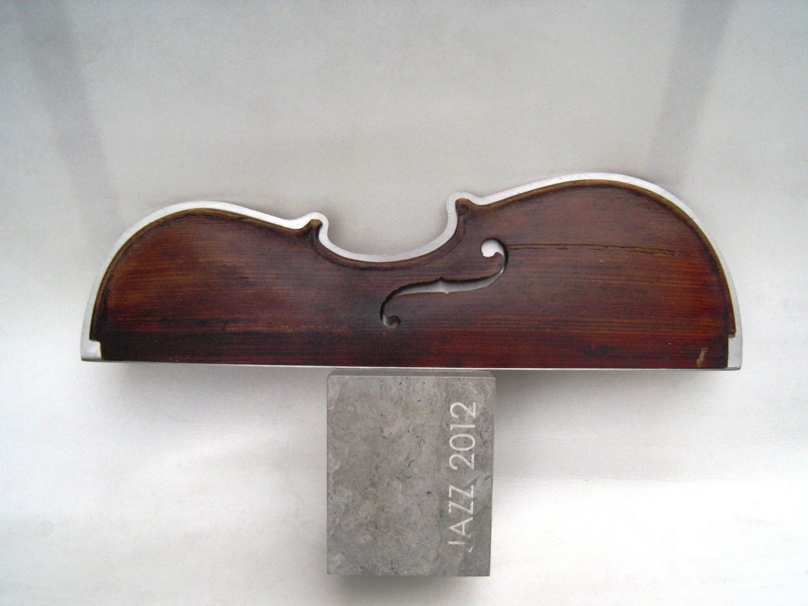 ELIONI JAZZIAUHIND 2012 metall, paekivi, puit  <br/>ELION JAZZAWARD 2012 metal, wood, limestone