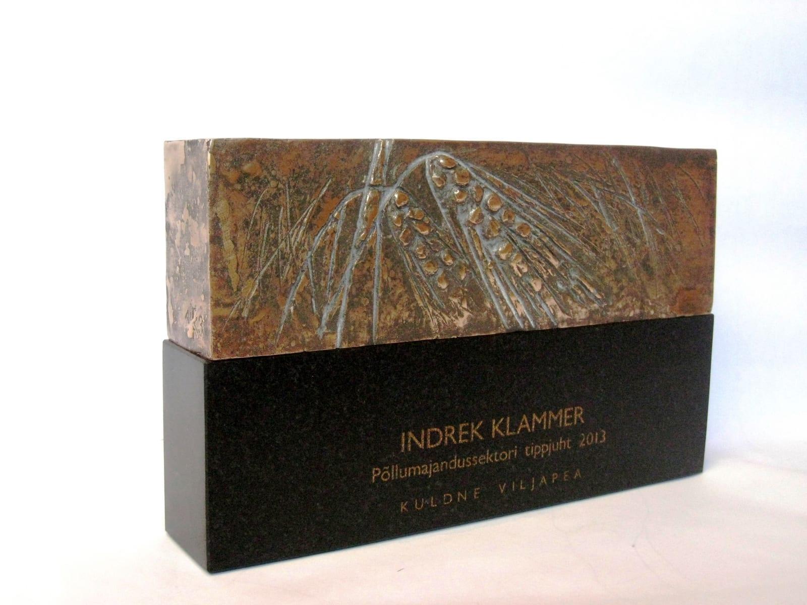 Auhind PÕLLUMAJANDUSSEKTORI TIPPJUHT 2013 - .... graniit, pronks  <br/>An award to a TOP LEADER of AGRICULTURE 2013 - ... granit, bronze