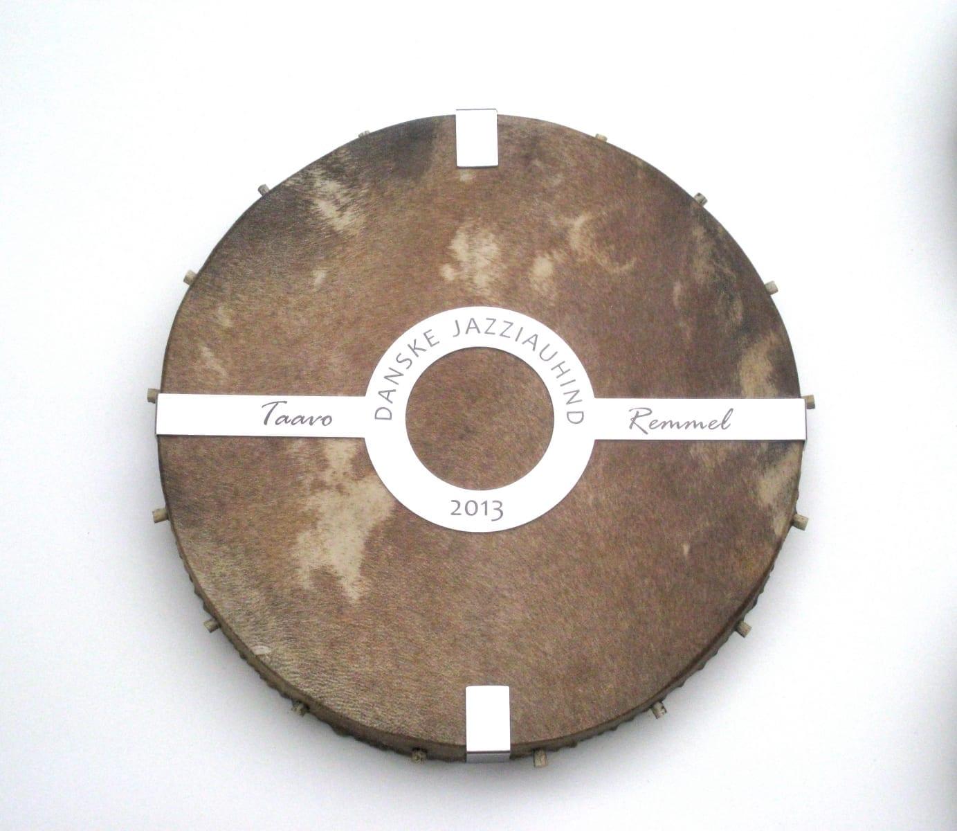 DANSKE JAZZIAUHIND 2013 trumm, lasergraveering roostevabal terasel  <br/>DANSKE JAZZAWARD 2013 drum, lazerengraving on stainless steel