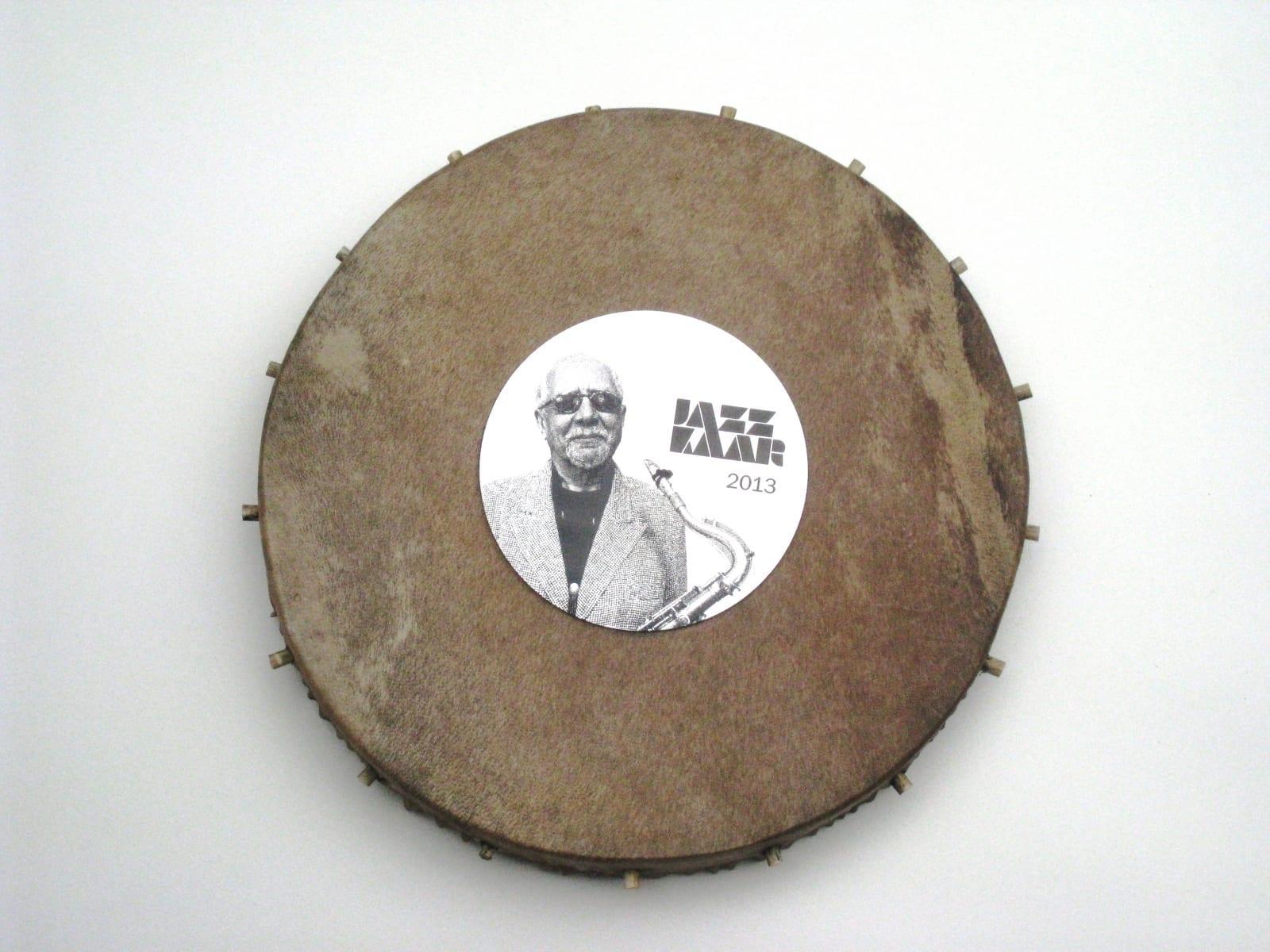 Kingitus muusik CHARLES LLOYDILE 2013 trumm, lasergraveering roostevabal terasel<br/> A gift to a jazzmusician CHARLES LLOYD 2013 drum, lazerengraving on stainless steel