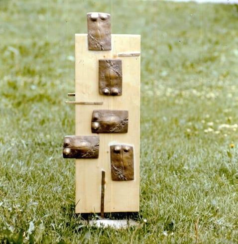"""""""MÄLESTUSPILDID"""" 1991 puu, pronks  <br/>""""MEMORIES"""" 1991 wood, bronze"""