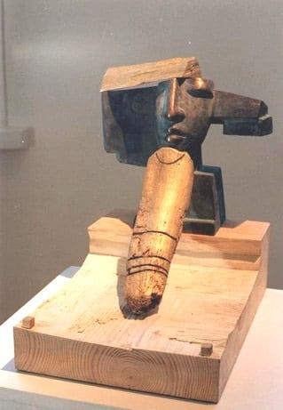 """NOORELT SURNUD VAARAO MÄLESTUSEKS"" 1996 puu, pronks <br/>"" HOMMAGE TO A PHARAON WHO DIDED YOUNG"" 1996 wood, bronze"