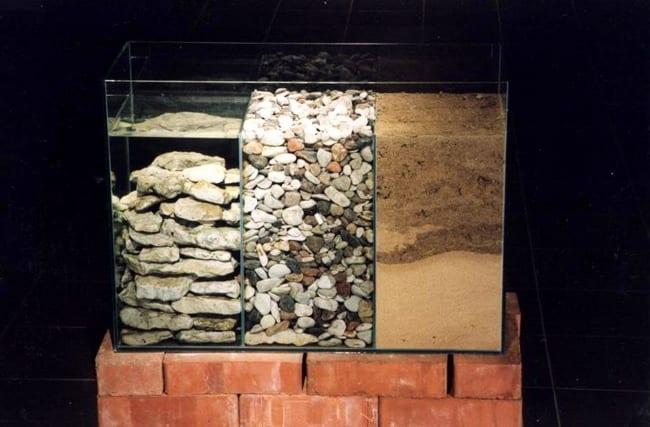 """""""AKVAARIUM"""" 1999 klaas, liiv, kivid, vesi<br/> """"AQUARIUM"""" 1999 glass, sand, stones, water"""