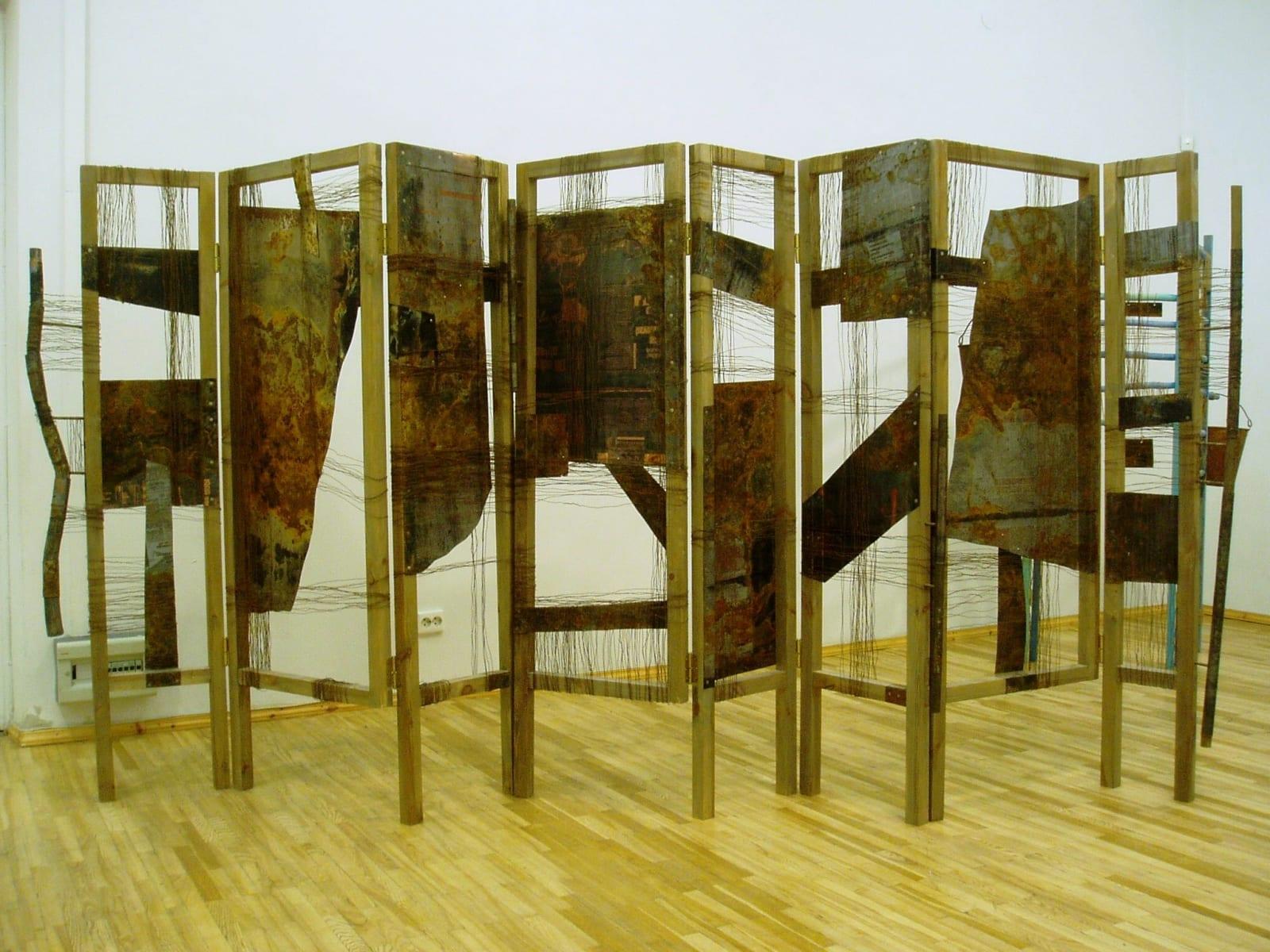"""""""SIRM-V"""" 2001 metall, puu, nöör <br/>""""SCREEN-V"""" 2001 metal, wood, string"""