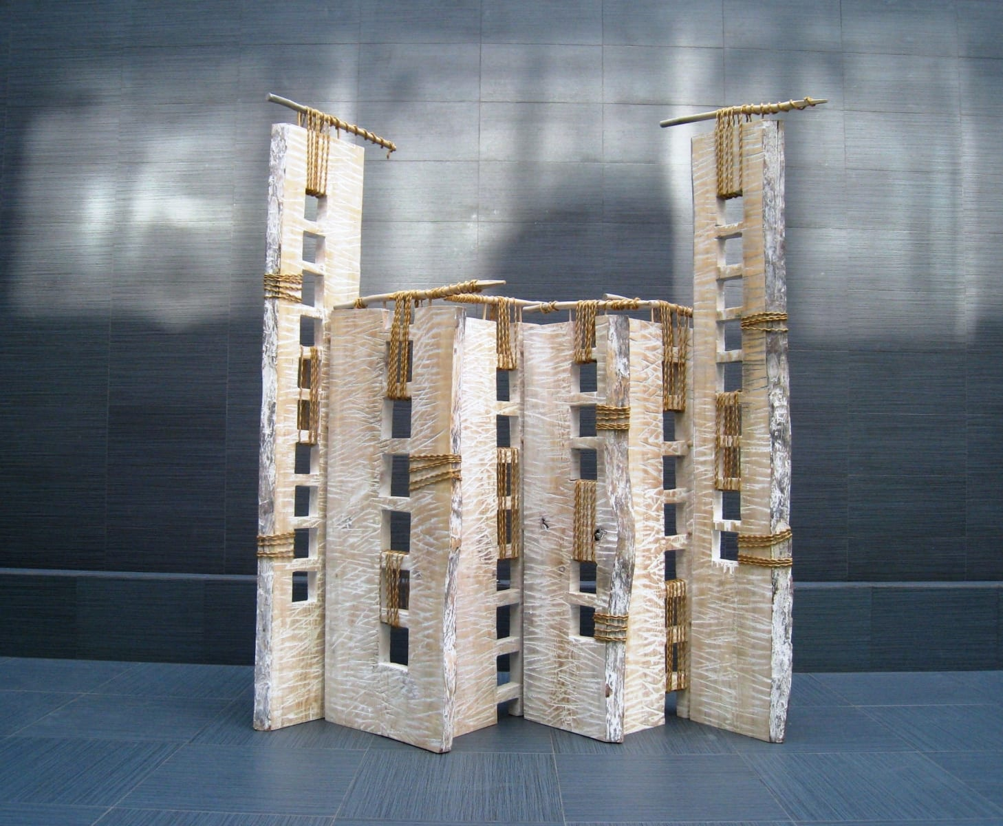 """SIRM-II"" 2001 metall, puu, nöör <br/>""SCREEN-II"" 2001 metal, wood, string"
