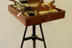 """SAHTEL"" 2004 puu, kips,metall,nöör,paber <br/>""DRAWER"" 2004 wood, plaster, metal, string, paper"
