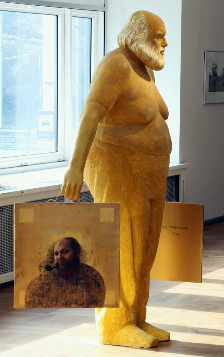 """""""MATTI MILIUS: KULDSED KÄED"""" 2007 h= 2,2 m värvitud kips, fotod <br/>""""MATTI MILIUS: GOLDEN HANDS"""" 2007 h= 2,2 m painted plaster"""