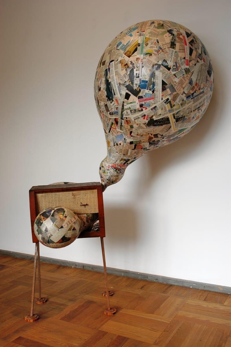 """""""MEEDIAMULL"""" 2007 h= 2,3 m raadio, metall, puit, ajalehed  <br/>""""MEDIA-BUBBLE"""" 2007 h= 2,3 m radio,metal,wood,newspaper"""