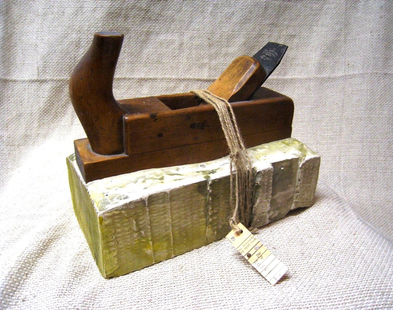 Kingitus 1  2008 kips,puit,metall,nöör,paber<br/> A GIFT 1  2008 plaster,wood,string,paper