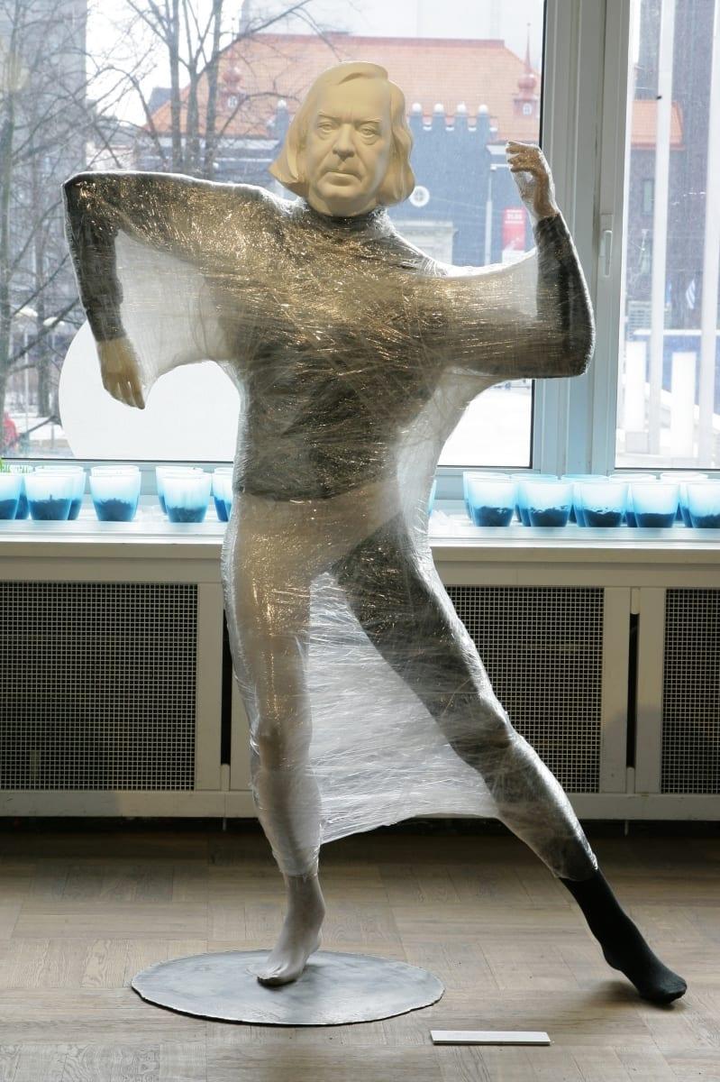 """""""LAVAMÄLESTUSED: ÜLO VILIMAA"""" 2012 elusuuruses figuraalne installatsioon: kips,plastik,tekstiil,kile,metall<br/>  """"MEMORIES from STAGE: ÜLO VILIMAA"""" 2012 lifesize figurative installation: plaster,mannequin,textile,plastic,metal"""