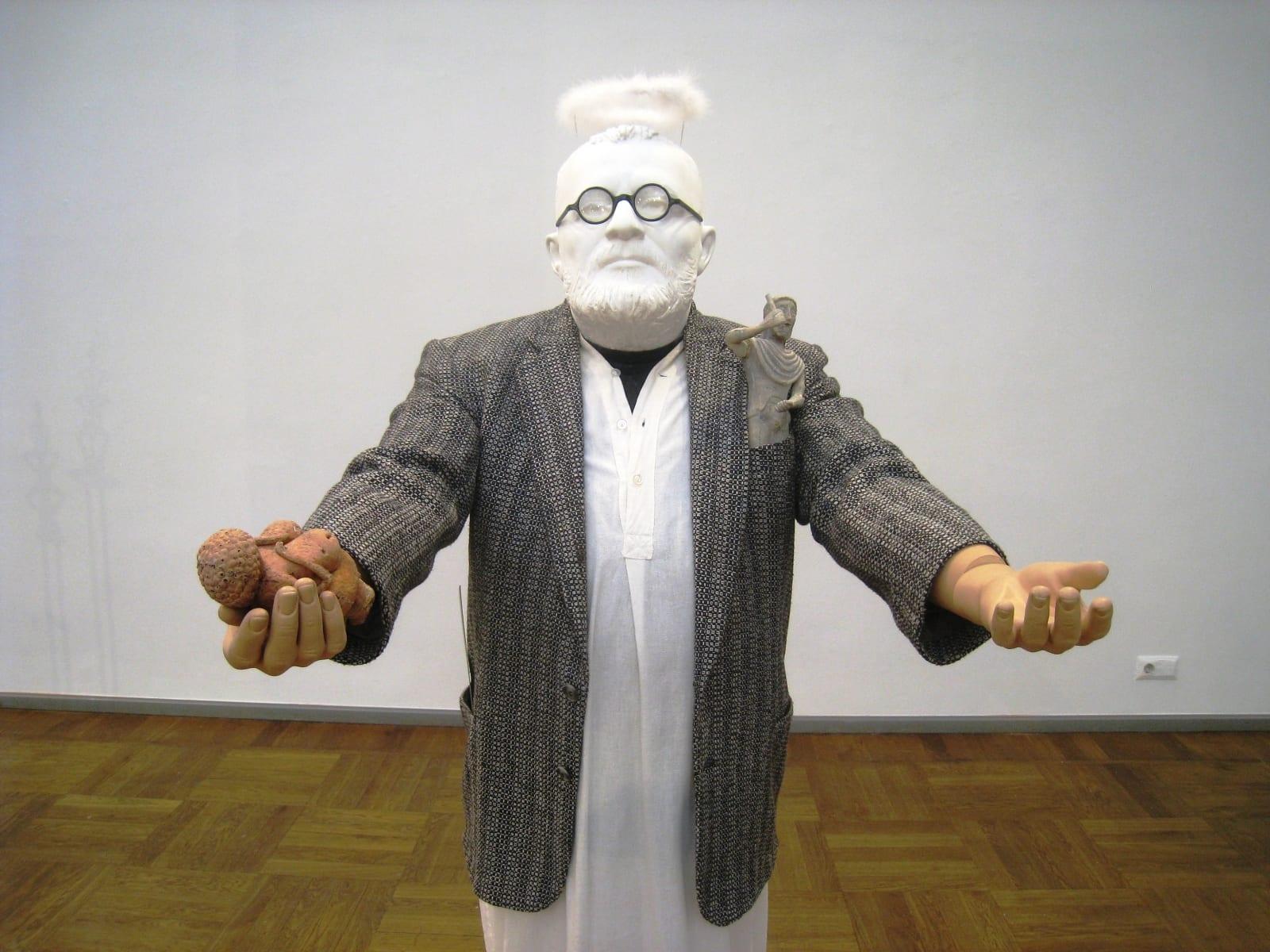 """""""HARDI VOLMER - ANIMAATOR"""" 2015 elusuuruses figuraalne installatsioon: kips, mannekeen,poroloon,puit,metall,kangas, filmi nukud jm <br/>""""HARDI VOLMER - the ANIMATOR"""" 2015 lifesize figurative installation: plaster,mannequin,textile,plastic,metal,wood,dolls from a film etc"""