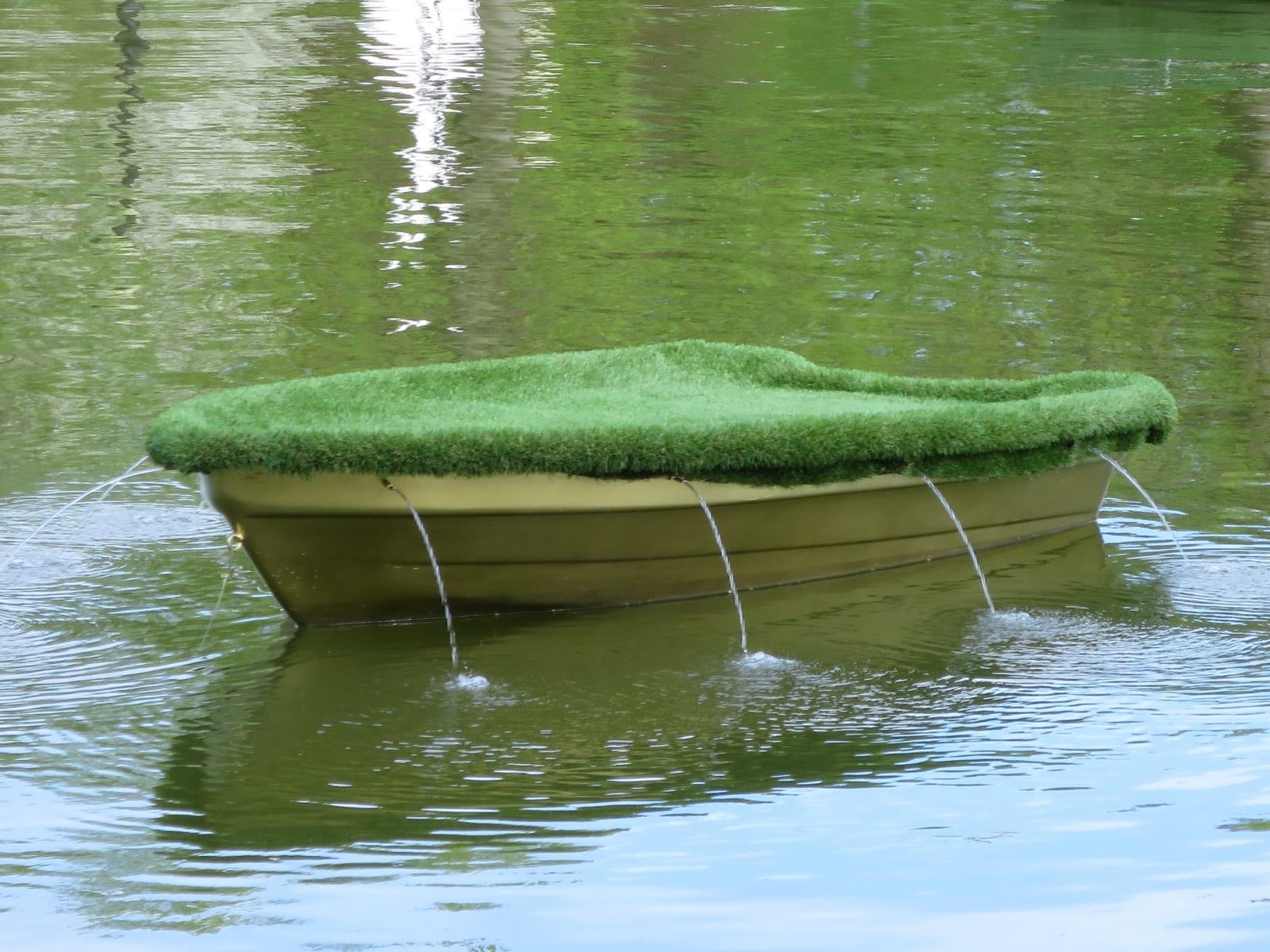"""LEKE"" 2016 kineetiline installatsioon veega: plastik, kunstmuru,metall<br/> ""LEAK"" 2016 kinetic installation with water: plastic,artificial lawn,water"