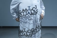 """GEENIDE MAAILM: ANDRES METSPALU""  2017 elusuuruses figuraalne installatsioon: kips,plastik,tekstiil,roostevaba teras jm <br/>""The WORLD of GENES: ANDRES METSPALU"" 2017 lifesize figurative installation: plaster,textile,plastic,stainless steel etc"