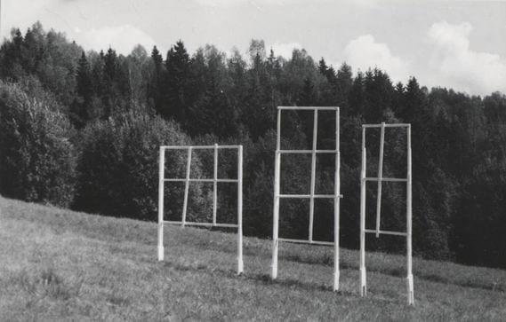 """""""VAADE TEISELE POOLE"""" 1993 puu - puuskulptuuri sümpoosion Võru-Kiidi, Eesti <br/> """"VIEW TO THE OTHER SIDE"""" 1993 wood - wood carving symposium in Võru-Kiidi, Estonia"""