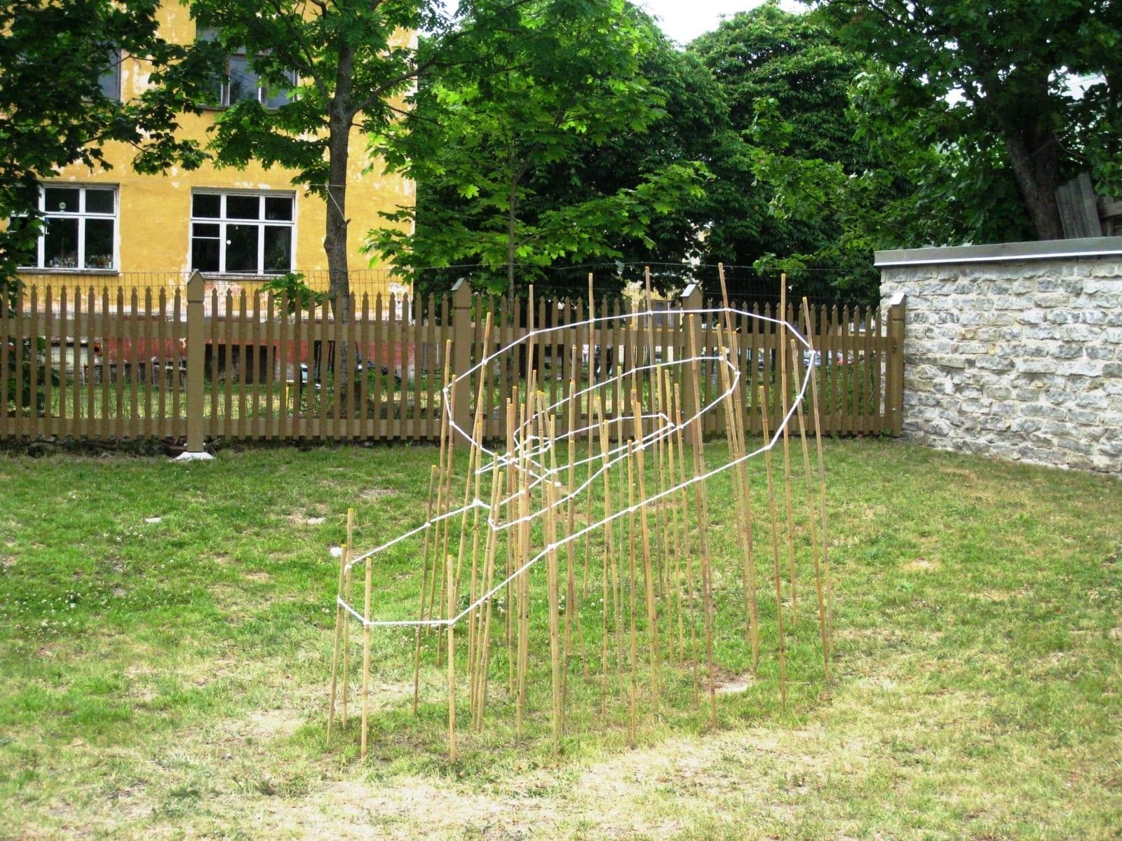 """""""VAIKNE KUULAJA"""" 2011 bambus, nöör p= 3,5 m  - rahvusvaheline skulptuurisümpoosion Paldiski, Eesti<br/> """"SILENT LISTENER"""" 2011 bamboo, rope l= 3,5 m - international sculpture symposium in Paldiski, Estonia"""