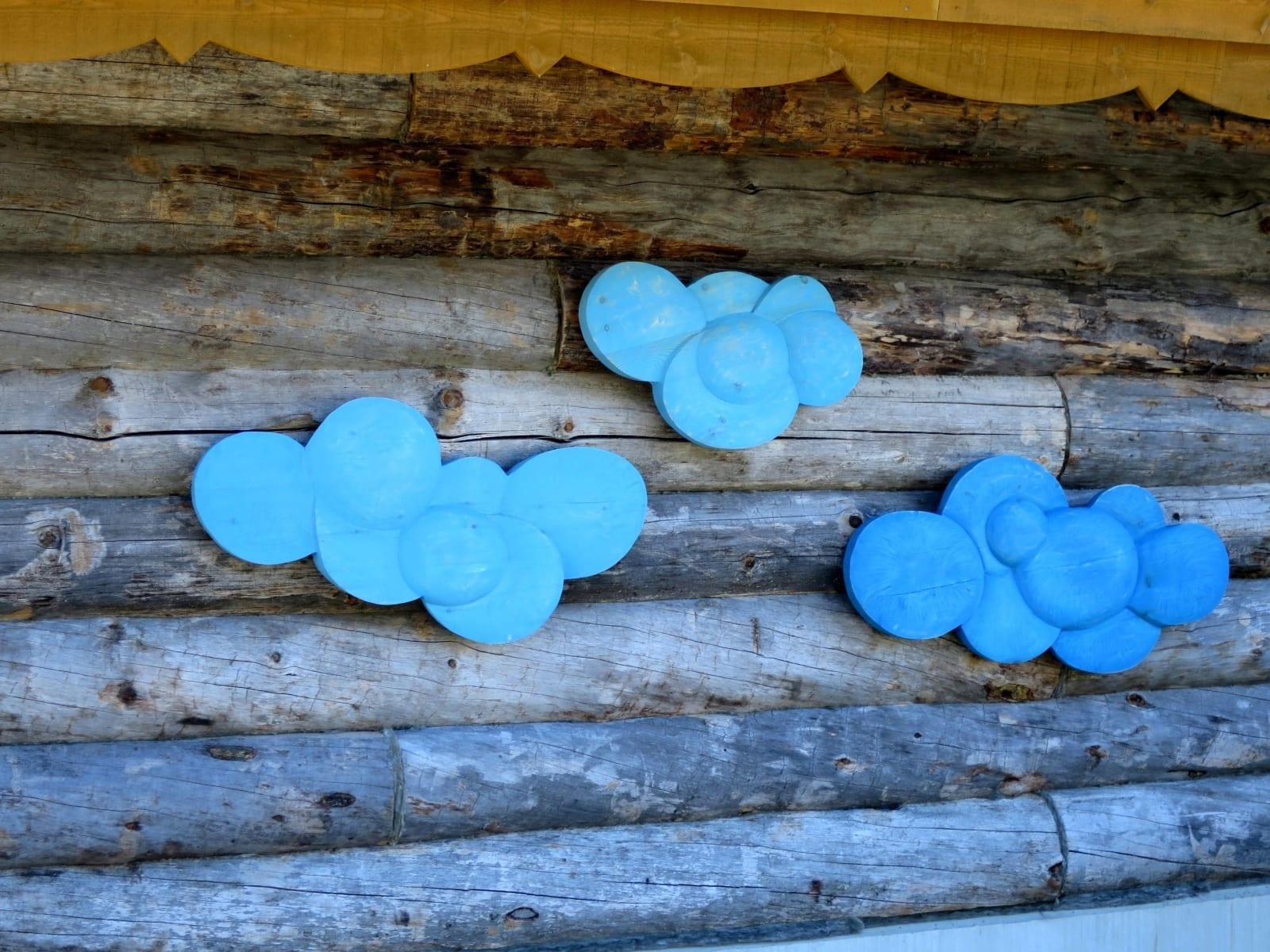 """RIPUTATUD TAEVAS"" 2016 puu  - maakunsti sümpoosion ""Arctic Week"" Kakslauttanen, Lapimaa, Soome <br/> ""HANGED SKY"" 2016 wood - symposium Arctic Week,  Kakslauttanen, Lapland, Finland"