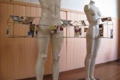 """INIMENE-TIGU II"" 2008 mannekeenid, traat, paber  - rahvusvaheline workshop ""Mees ja naine"" Viljandi, Eesti<br/> ""MAN-SNAIL II"" 2008 mannequin, wire, paper - an international workshop ""Man and woman"" in Viljandi, Estonia"